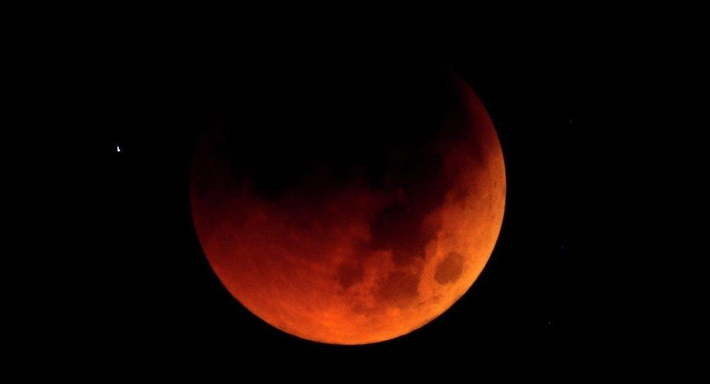 Yüzyılın en büyük Kanlı Ay tutulması başladı